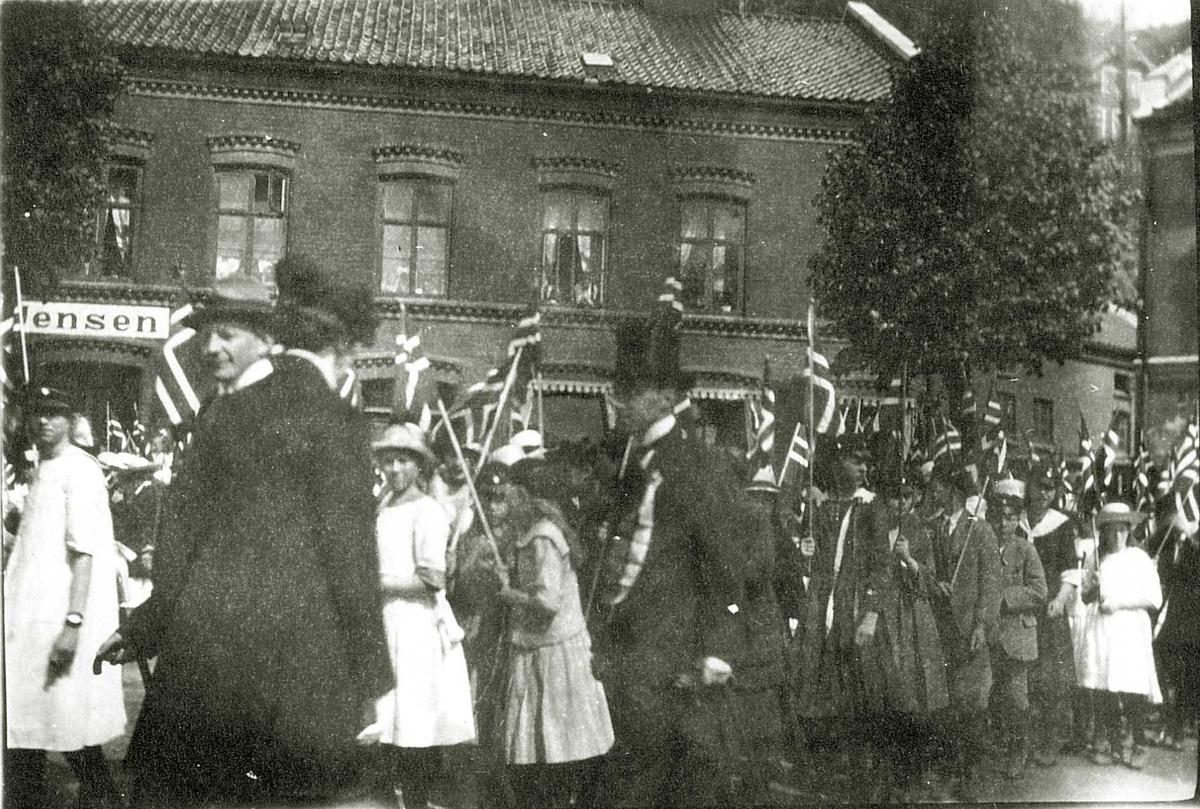 17. maifeiring i Arendal, Aust-Agder. Lengst til venstre med lys hatt, lektor Rudolf Stenstad, Fouglis kollega ved Arendal høyere almennskole, ca.1915-20.