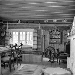 Damstredet, Oslo, mai 1963. Interiør med møbler og rokk.