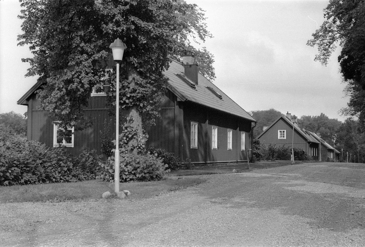 Östra gatan från söder, Vattholma Bruk, Vattholma, Lena socken, Uppland 1978