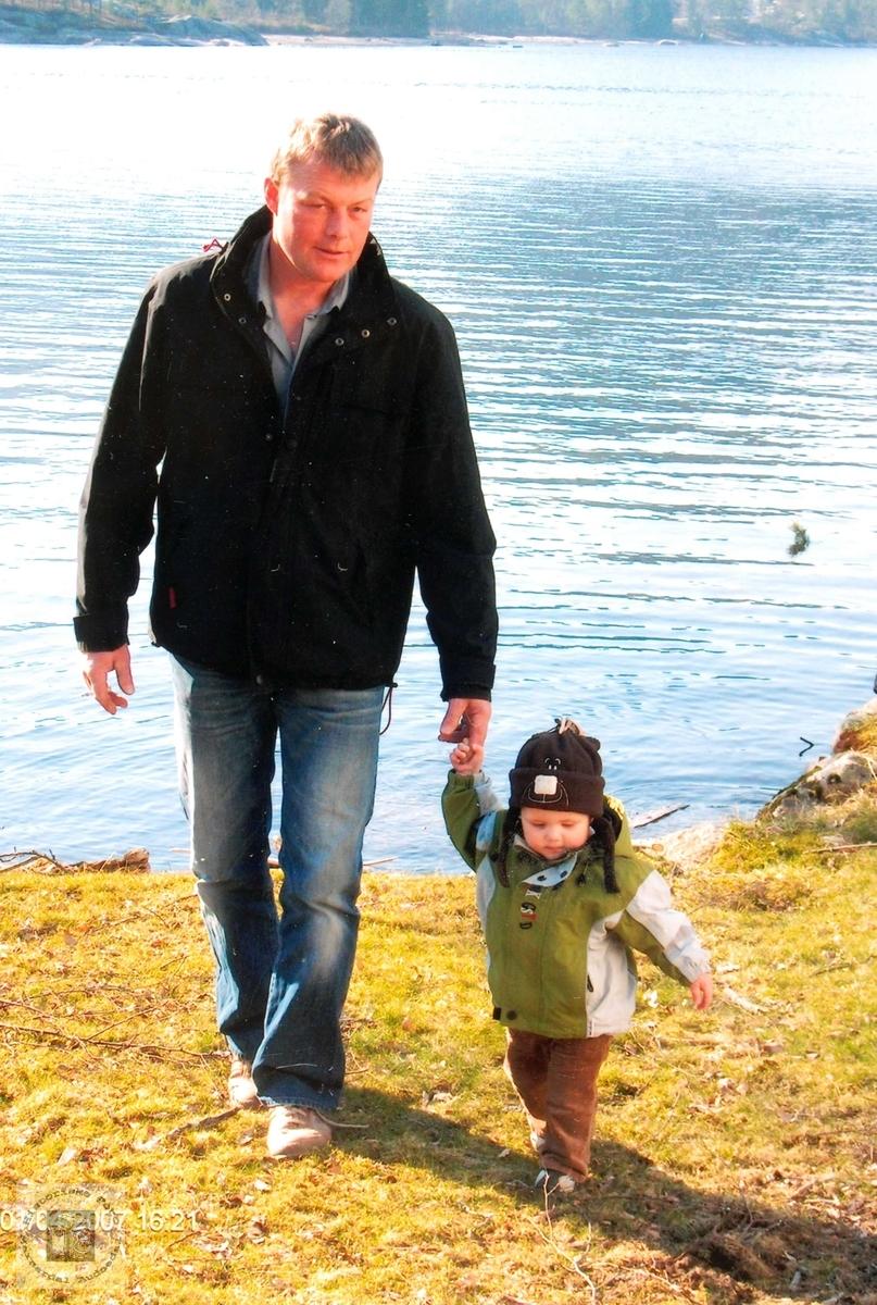 På tur ved Byglandsfjorden. Yngste generasjon er med.