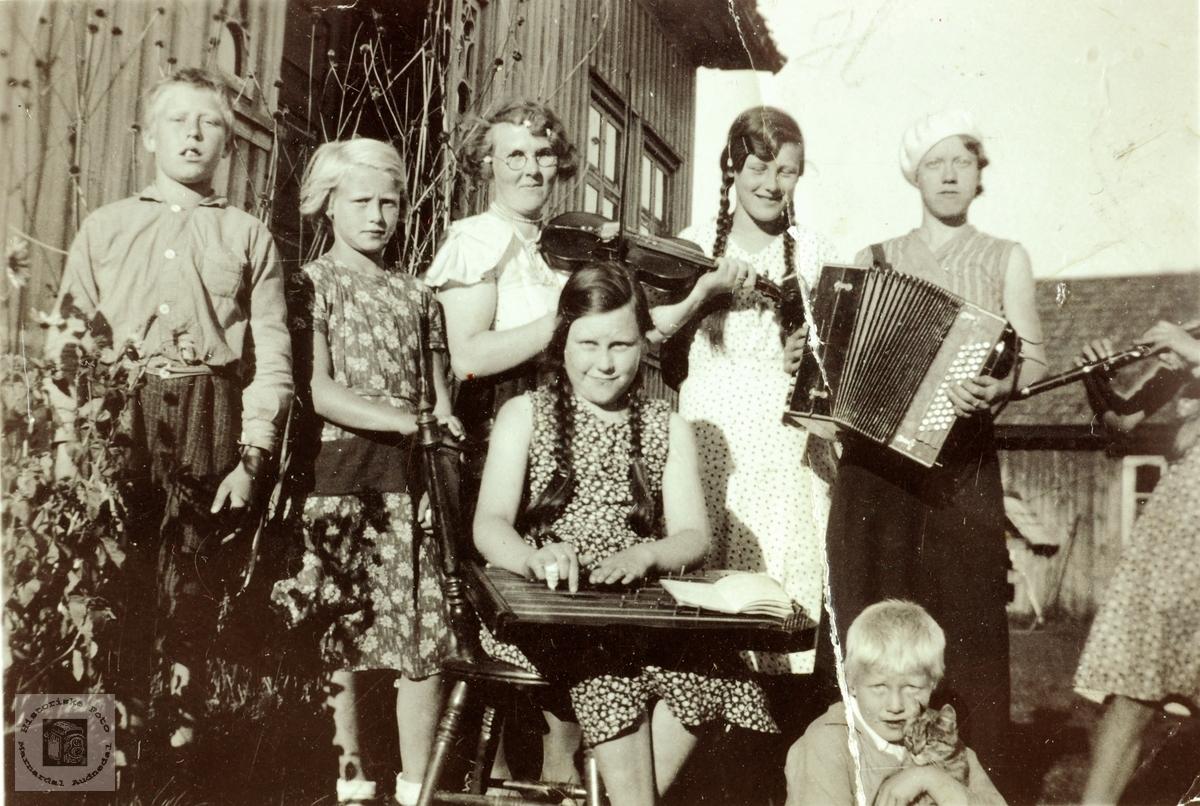 """Ungdom fra Håland i Grindheim som spiller på instrumenter. Hålandsungdoms """"musikklag"""". Grindheim Audnedal."""