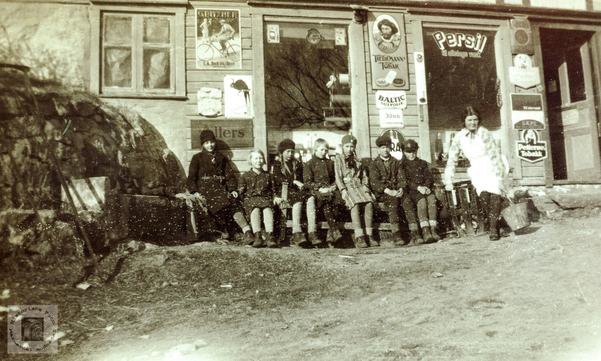 Barn samlet utenfor Lisle-Jo sin butikk på Sveindal. Grindheim Audnedal.