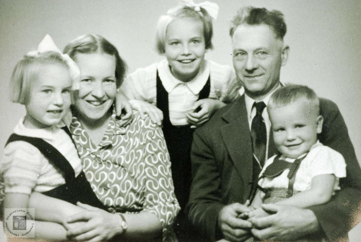 Portrett av familien Ubostad. Grindheim Audnedal.