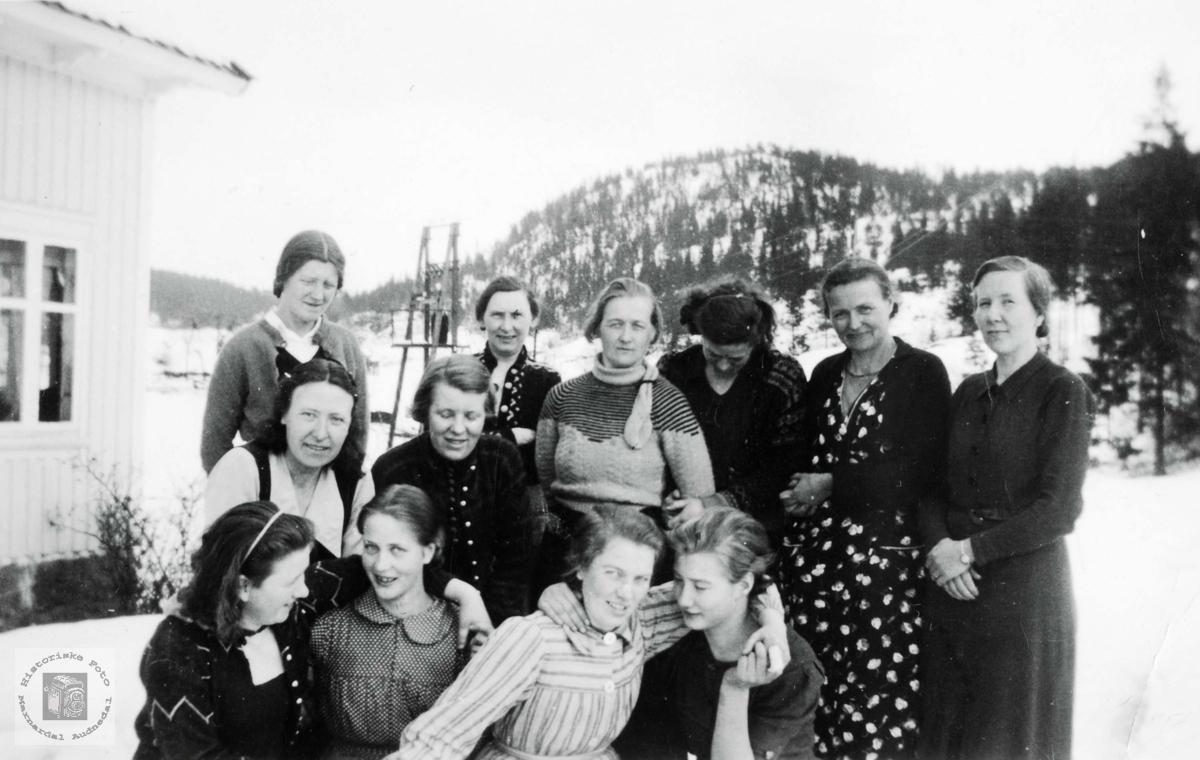 Vevkurs elever i Selandsdalen skolehus. Grindheim Audnedal.