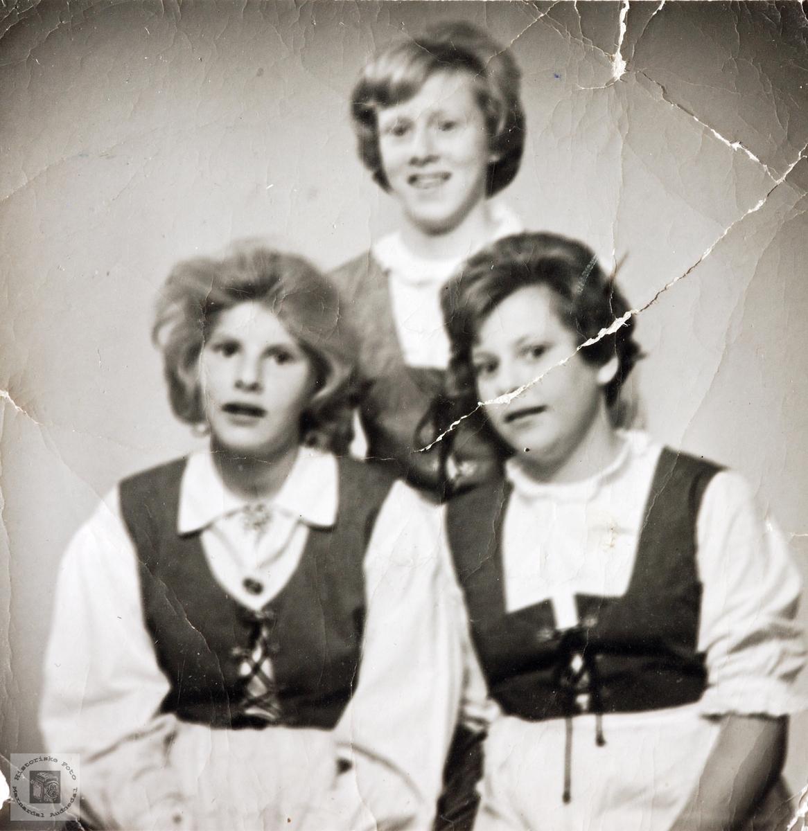 Tre unge jegter på Grindheimsgarden. Grindheim.