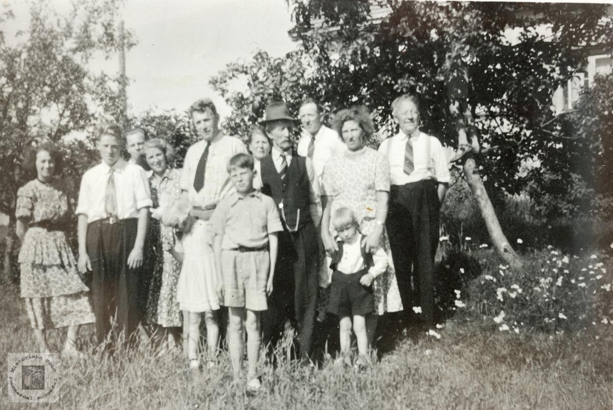 Familiesamling på Butveit. Grindheim.