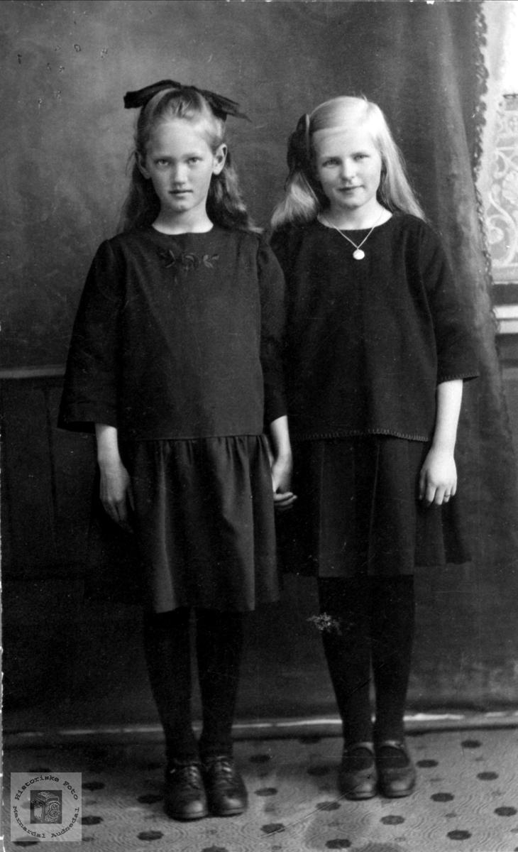 Portrett av Kari Ragnhild Foss og Kristi Apesland, Bjelland.