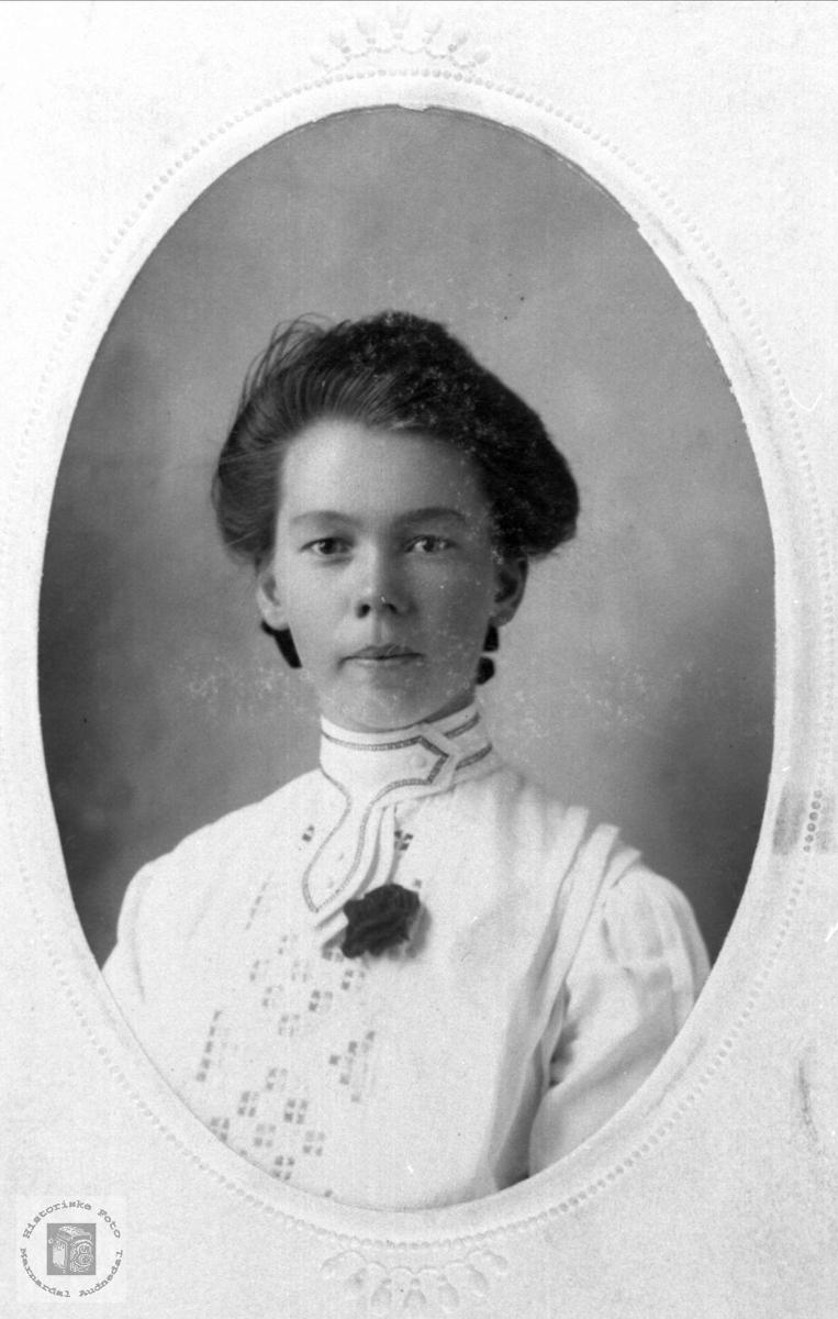 Portrett av Regine Torkildsdtr. Hjemlestad, Bjelland.