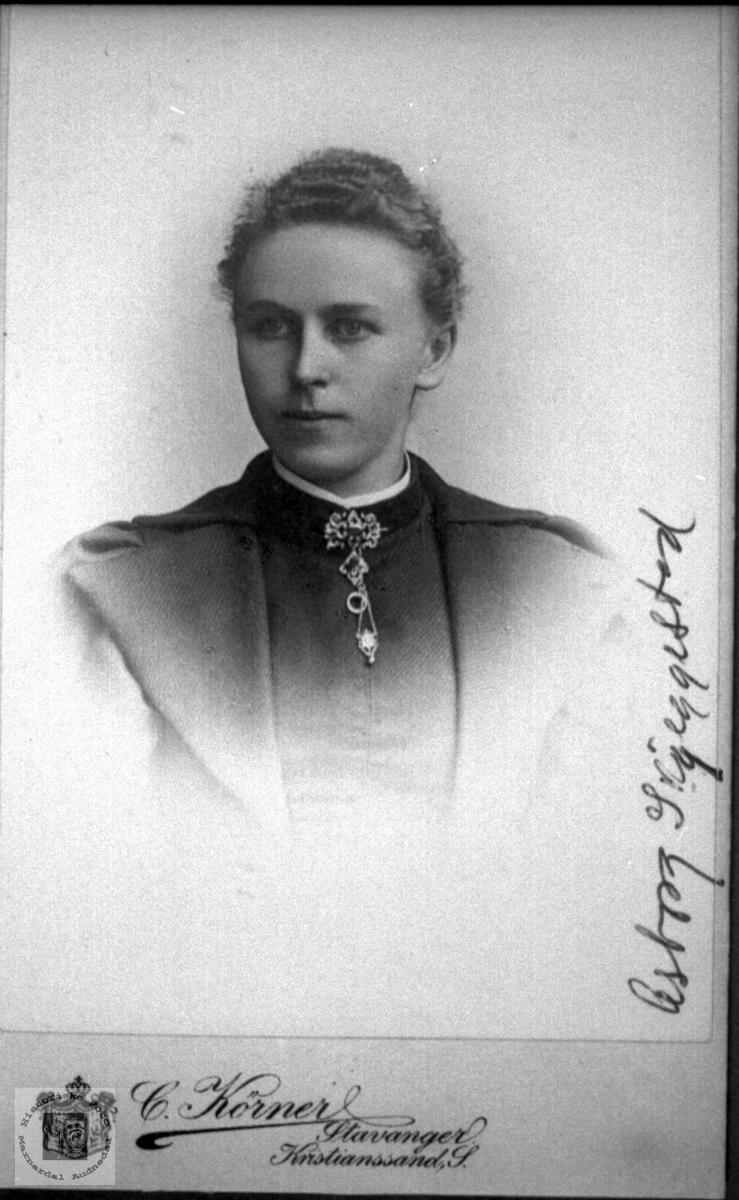 Portrett av Asborg Knutzen Nødbekk gift Skjeggestad, Bjelland.