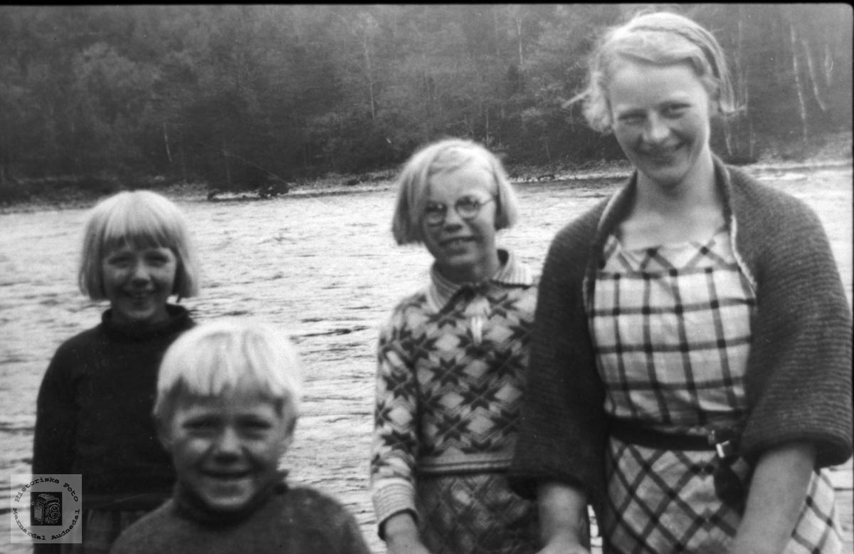 Barn m/barnejente. Hild, Ragnar og Hjørdis Rygnestad. Maria Kleveland. Laudal.
