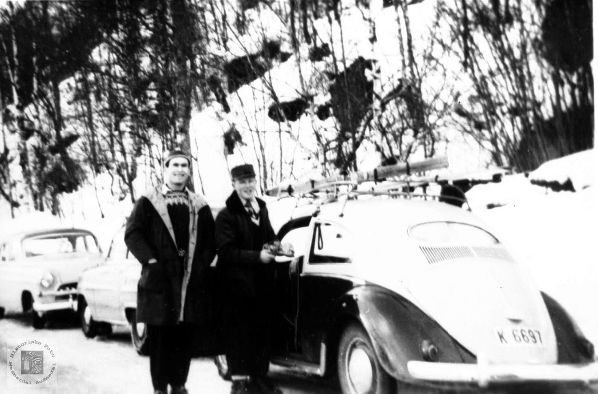Med Volkswagen på tur. Ådne Nome og Tormod Imeland.