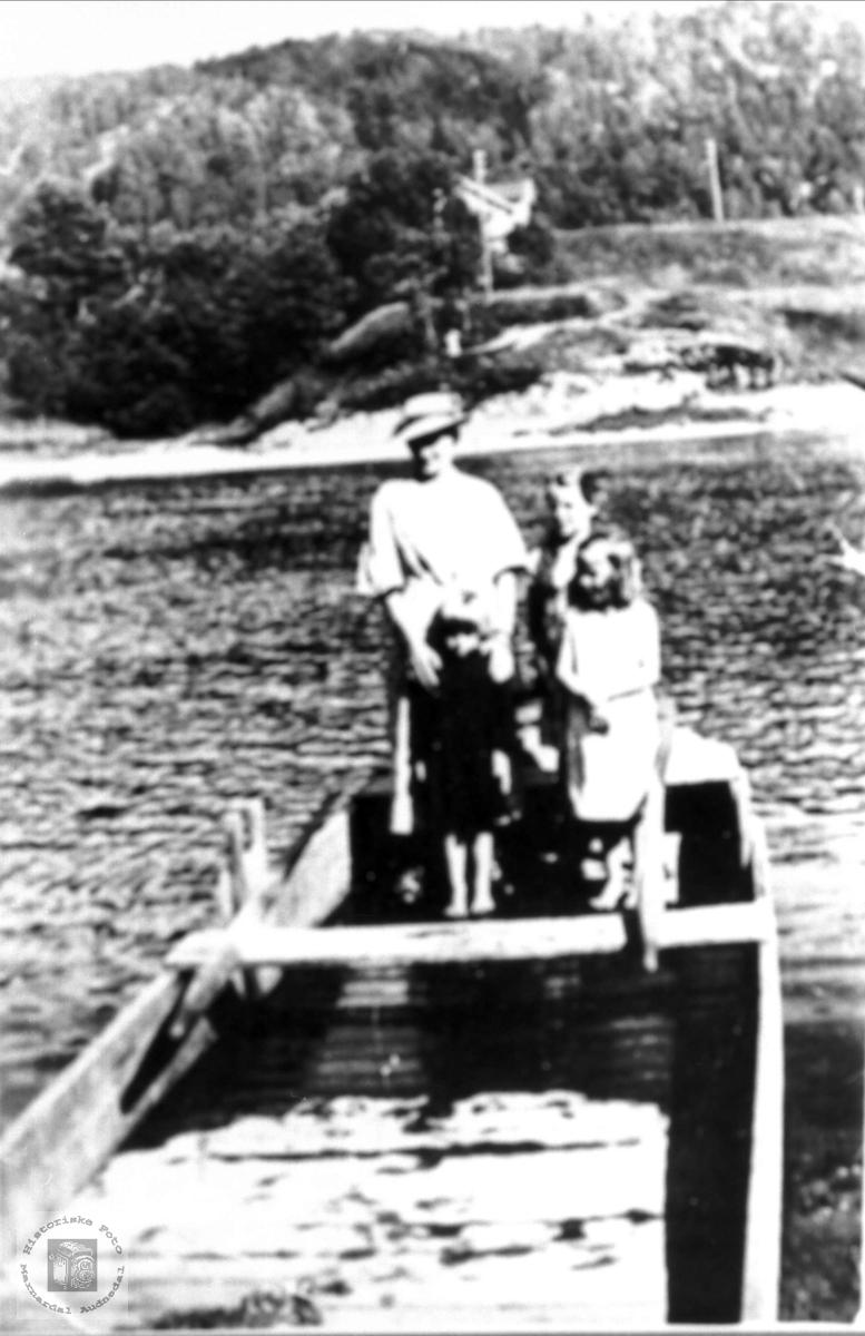 I båten over Mandalselva. Søstrene Mjåland, Laudal.
