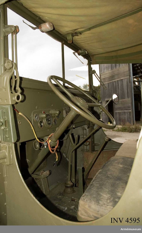 """Lastterrängbil m/1946 K.GMC modell CCKW-352. Sex-hjulsdriven. Vinsch fram.  På en lapp skriven av Erik Walberg: """"Vä rambalk CCKW-353407885  B2 (Ej 2). Lagernr 2805.00.700.9622 709. Motorreparationsdata  cyl. 020. huved std PLEJL. std ordre nr 32173. År 69. MDR. 3.  Töjhus sjt. Split el Banjomoel (?)"""".   Vävtak på hytt och plåttak. Motorns ventilkåpa har dekal på norska språket. Kommer från I 11 enligt uppgift. Fordonet köptes från Thomas Terräng i Göteborg. Chassinumret finns, men är övermålat och därför ej läsbart./ Per-Arne Öman 2006."""