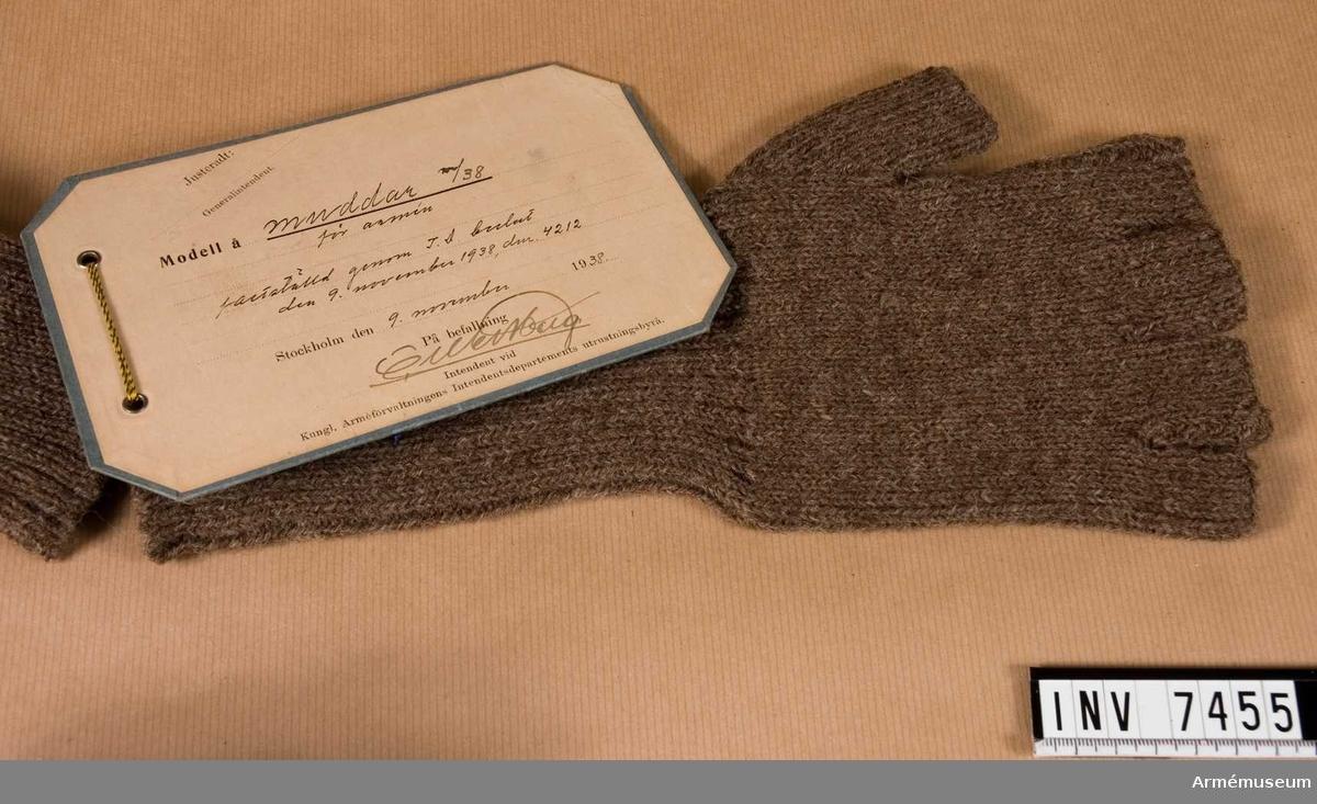 Färg grbrgr Q O P. Stickad i yllegarn med resårstickad mudd och med fingrarna obetäckta.   Samhörande par är AM.7454-7455
