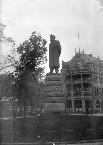 """Enligt text som medföljde bilden: """"Christiania. Henrik Ibsens staty 26/9-5/10 04."""""""