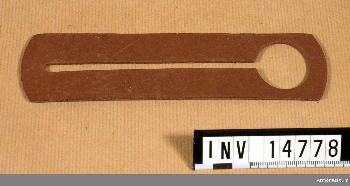 Grupp C II. KNAPPSTICKA av brun kartong.