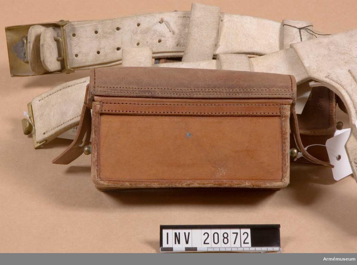 Grupp C. Av svart läder, vardera för tjugo patroner till Mausergevär m/ 1871 med 11 mm:s kaliber. Locket stänges med läderbitar och knapphål på sidorna. Väskan har på sidorna två mässingsknappar, varmed den stänges.  På baksidan finns två hylsor av älgskinn, vilka tjänar till att fästa väskan vid livremmen och en mässingsring, som kopplas till tornisternt remmar.