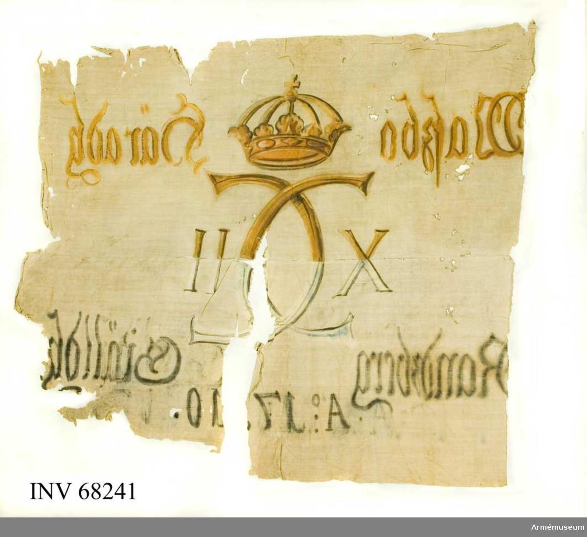 Duk: Sydd av två våder, horisontellt sammansydda (kastade med blå taft från dukens insida). Övre våden målad i ockra, nedre i svart och blått.  Dekor:  Målad endast från dukens insida, Karl XII:s namnchiffer, dubbelt C med X-II på ömse sidor, krönt med sluten krona, på det övre fältet i gult och brunt på det nedre i blått och svart. Text på ömse sidor om chiffret X-II. Övre våden i gult och brunt, nedre i blått och svart, mycket blekt nästan vitt. Text på ömse sidor om chiffret, upptill i gult och nedtill i svart. Under chiffret text i svart.