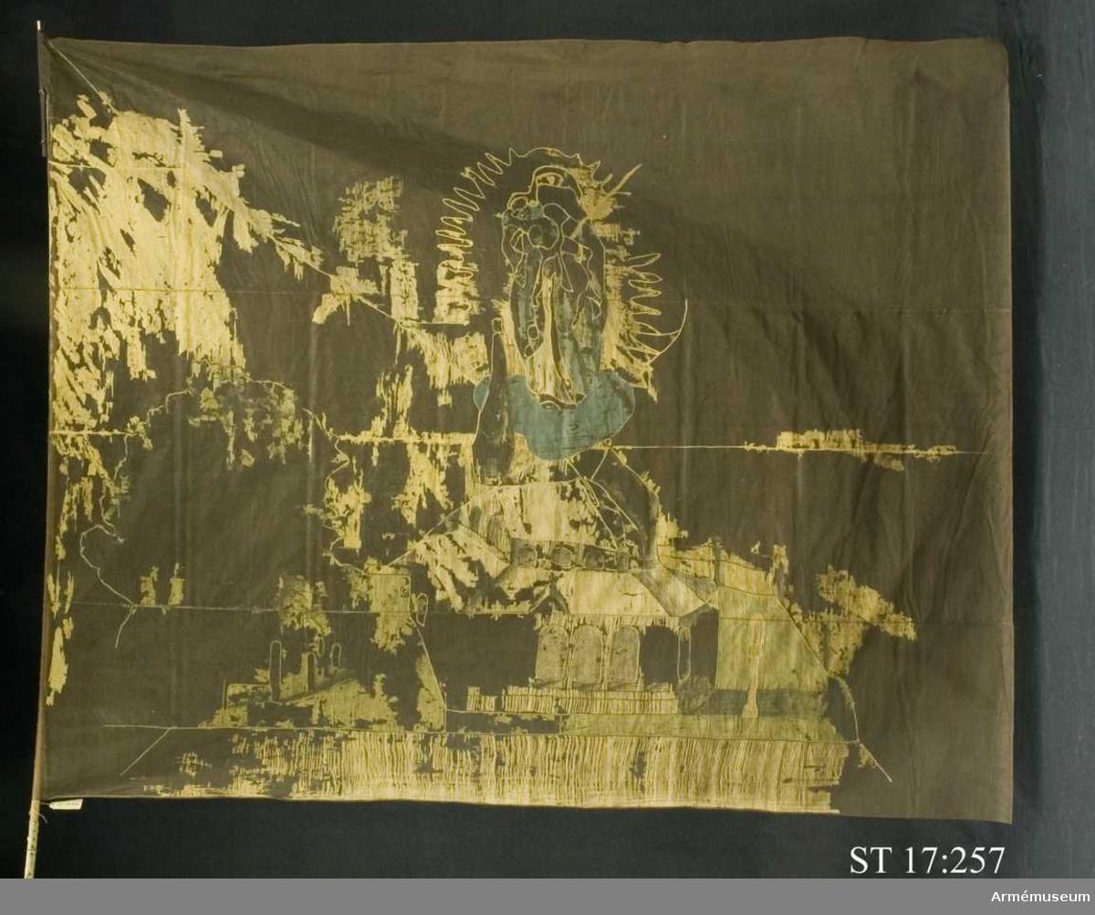 Fyrstyckad duk av gult och vitt siden. Dekor av intarsia föreställande Gnadenkapelle i Altötting, Bayern. Över kapellet svävar jungfru Maria i strålkrans.