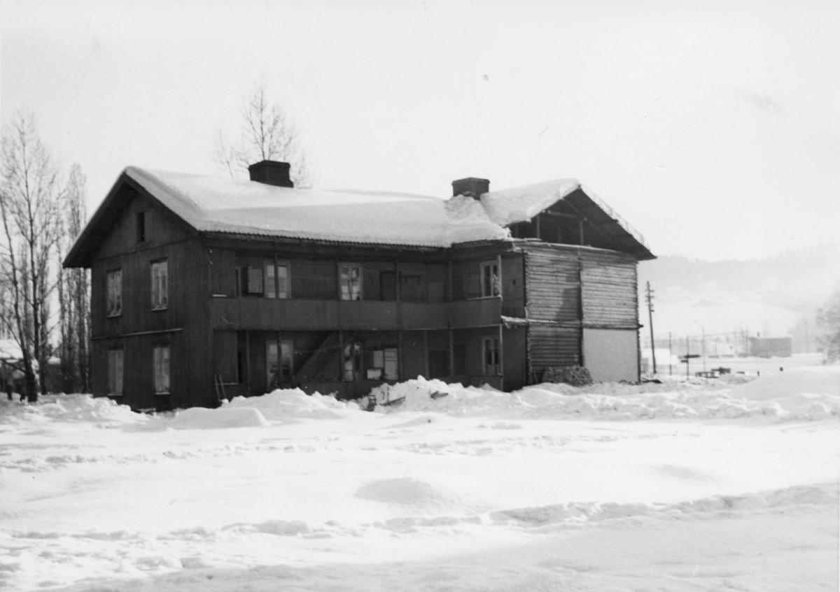 Brandvoldboligen rives. Brogata 10, Lillestrøm. 1958.