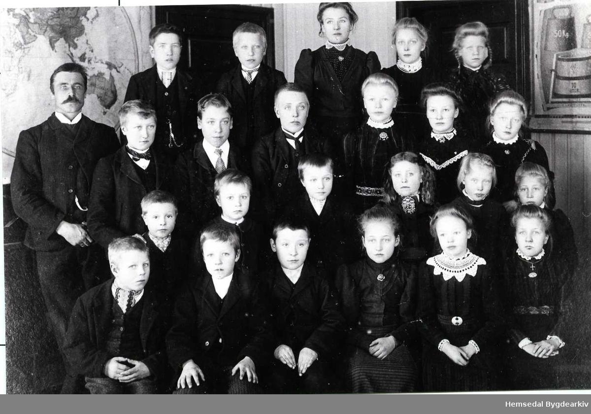 Ålrust skule i Hemsedal. Fyrste rekke frå venstre: Jon Dokken f.1900; Olaf Pålhus,f.1900; Jon Hjelmen,f.1900; Guro Eikre, f.1900; Margit Pålhus, f.1898; Liv Ålrust, f.1898. Andre rekke frå venstre: Ola Høgehaug,f.1902; John Pålhus,f.1902; Ukjend; Guri Hjelmen,f. 1900; Birgit Høgehaug, 1899; Margit Aalrust,f.1901. Tredje rekke frå venstre: Lærar Karl Fjæren; Ukjend ; Ivar Skolt,f. 1895; Asle Aalrust,f. 1896; Ingebjørg Eikrehagen, 1895; Randi Pålhus,f.1896; Ingrid Myren,f. 1897. Fjerde rekke frå venstre:  Herbrand Huso,f. 1896; Olav Aalrust,f.1896; Gunhild Flaten,f.1896; Sigrid Myren,f.1899; Randi Dokken, f. 1897.