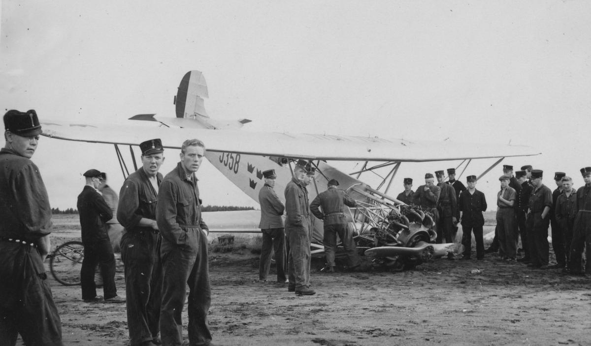 Haveri av flygplan S 6 från F 3 Östgöta flygflottilj. Folksamling runtomkring.