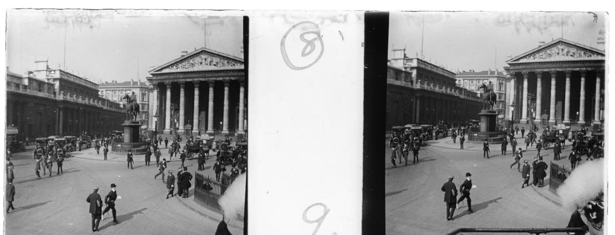 'Vy med Mansion palatset med staty föreställande häst med ryttare framför. På gatan gående människor och bilar. :: Enligt text till fotot: ''Mansion house palace.'' ::  :: Ingår i serie med fotonr. 5245:1-20, se även hela serien med fotonr. 5237-5267.'