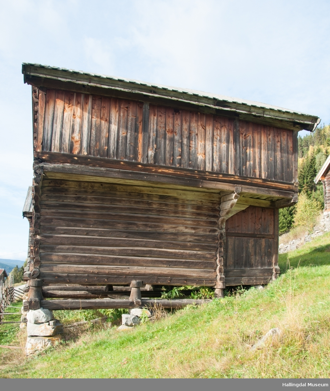 Loftet på Skaga er bygget i to omganger.  Annen etasje er eldst, fra 1600-tallet, mens første etasje er bygd mellom 1750 og 1775.  Svalen er i skjelterverk, resten er i tømmer.  Det har bordtak.  Annen etasje er utkraget.