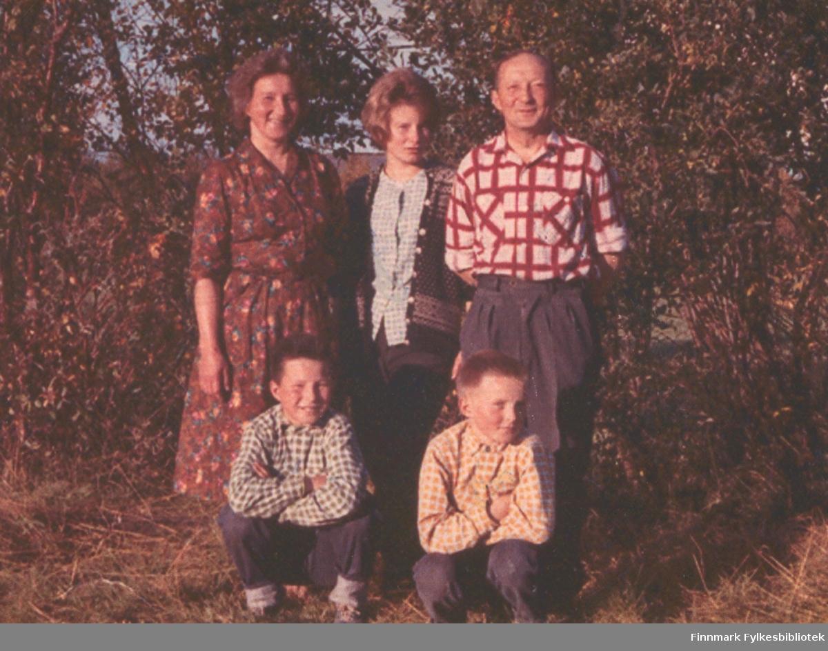 Familen Nymo poserer for fotografen en sommerdag. Stedet er ukjent, men kan være i Ildskog i Porsanger.