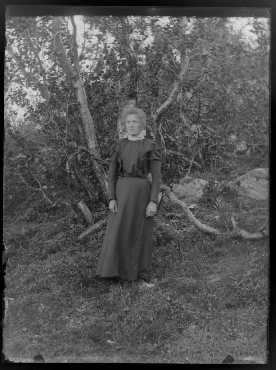 Kvinne fotografert ute