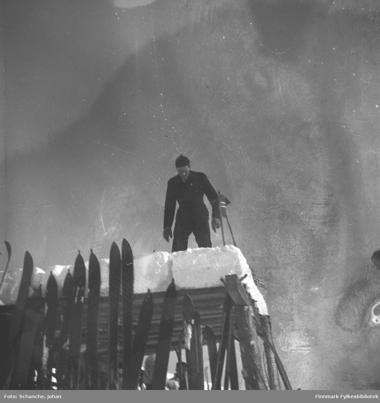 Kretsrennet på ski , Vadsø 1946. 'Olav Odden i fire faser', her på hoppet. Se også FB 93153-011, -013 og -014.
