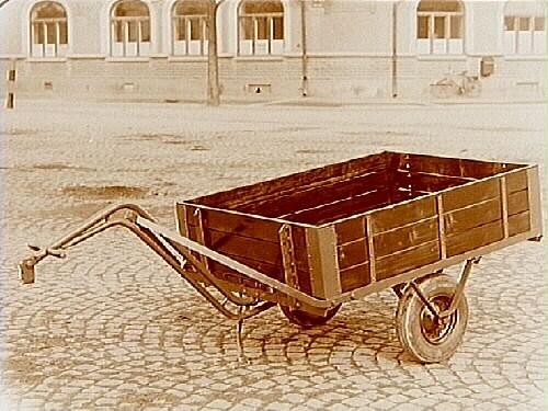 Tvåhjulig släpvagn med gummihjul.Köpman Robert Lundahl