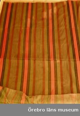 """Bolstervar handvävt i oliksidig kypert, vävt i 4 smala längder och hopsytt. Varpen av oblekt bomullsgarn 16/2, inslag av mjukt otvinnat ullgarn i färgerna: mel. brunt, rött, blått, grönt. Breda färgade bårder mot melerad brun botten.Inslagsgarnet är trol. hemspunnet, s.k. """"hemull"""".Anm: Har tillhört giv. mor, fru Anna Sofiad Karlsson, f. i Eker 1875, d. 1962, flyttade som ung till Örebro, senare till Viby. Trol. ej vävt av henne, kan ha kommit från annat håll och ev. vara äldre.Publ. Enl. uppgift från givaren."""