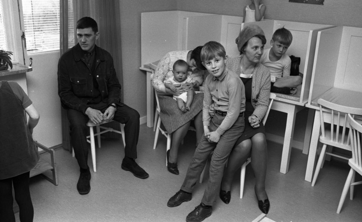 Doktorn är populär, 11 april 1967Barnavårdscentralernas hälsokontroll.