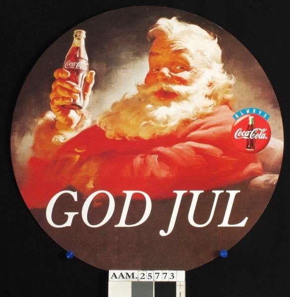 Coca-Cola-julenissen i godstolen, med en flaske Coca-Cola.
