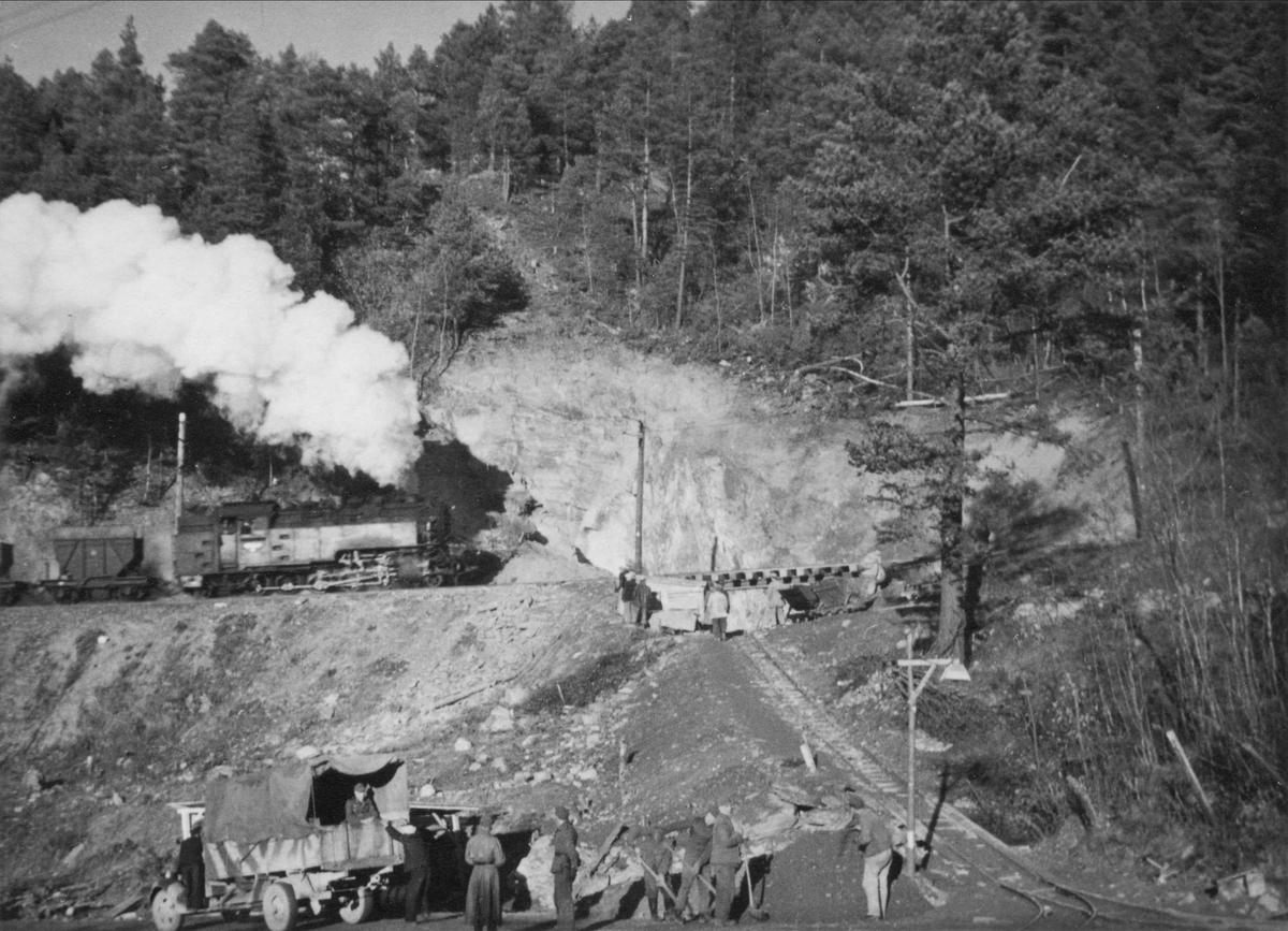 Bygging av tunnel på Thamshavnbanen under krigen. Øvre tunnellinnslag med damplok og vognsett.
