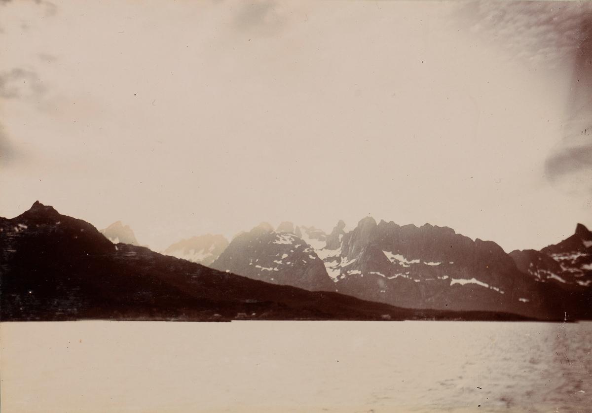 Fjord- og fjellandskap.