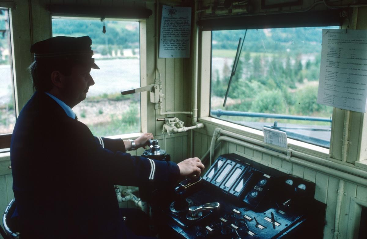 Lokomotivfører Erik Borgersen fører Salvesen & Thams lokomotiv nr. 5 (NEBB) inn til Svorkmo stasjon på første ordinære driftsdag på den nye museumsjernbanen Løkken - Svorkmo.