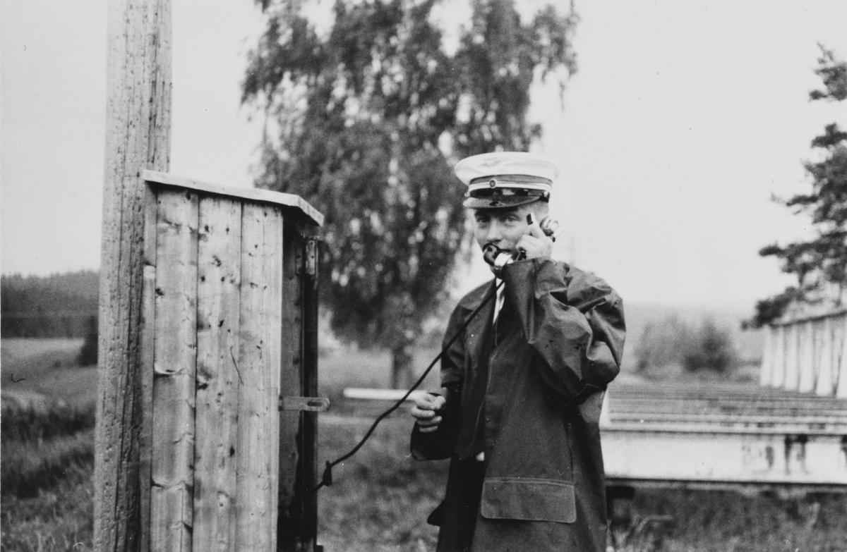 Et av de første museumstogene på Tertitten har ankommet endestasjonen Fossum. Togføreren sender ankomstmelding for toget.