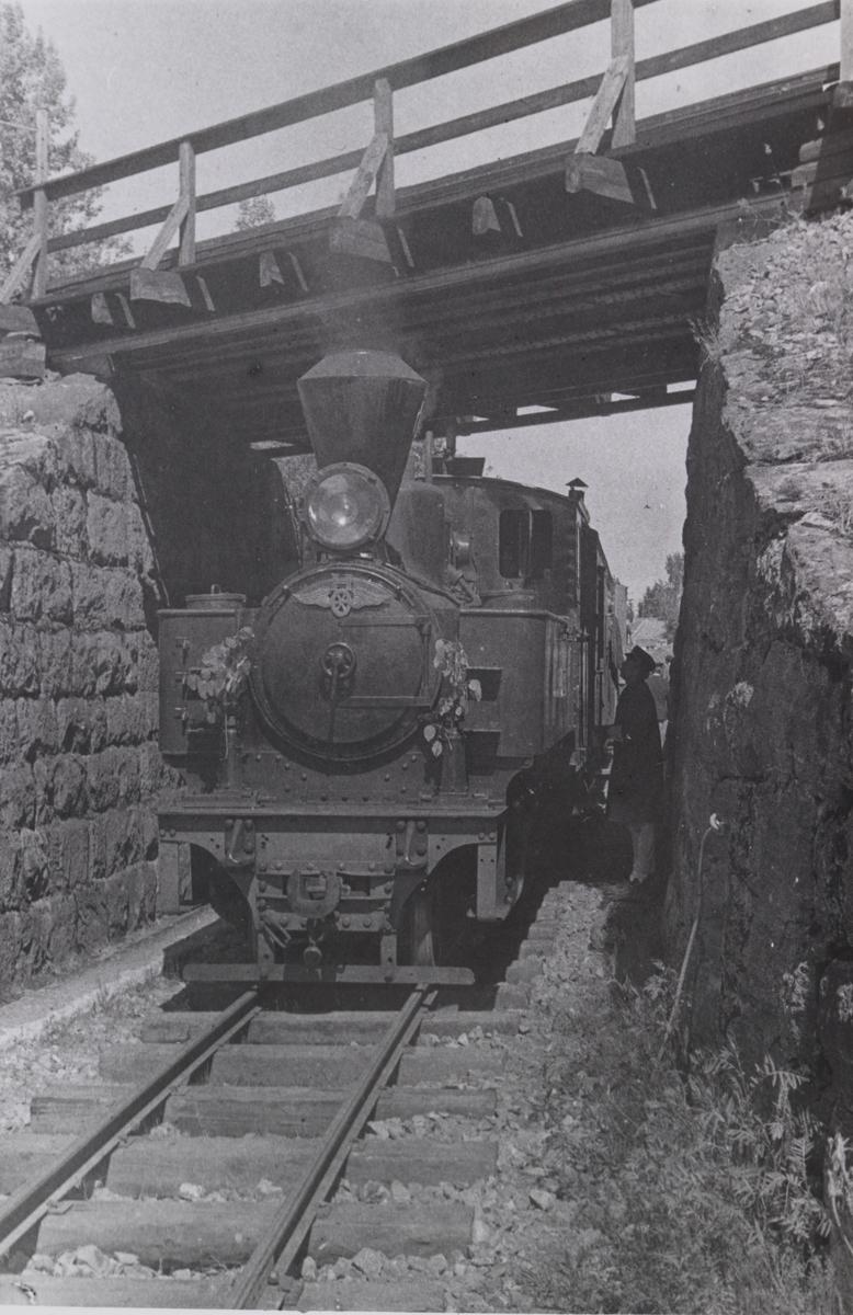 Urskog-Hølandsbanens damplokomotiv 6 Høland ved undergangen under Kongsvingerbanen.