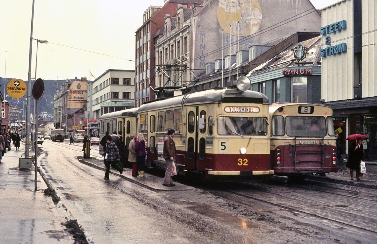 Olav Tryggvasonsgate i Trondheim. Trondheim Sporvei vogn 32 på linje 5 til Voldsminde og en Scania-buss på linje 9 utenfor Steen & Strøm, Olav Tryggvasonsgate 16.