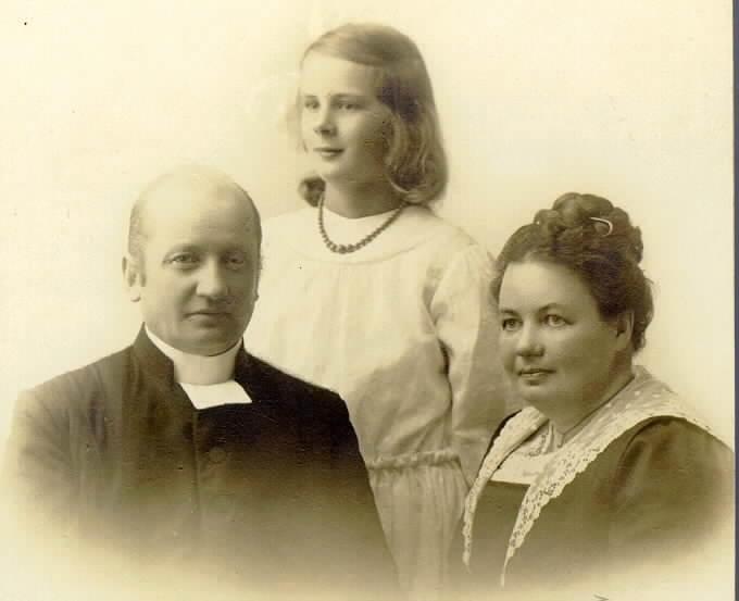 Per Dalborg med maka och dotter. Kyrkoherde S. Björke.