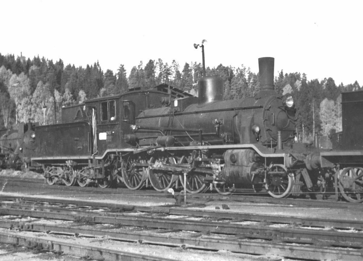 Damplokomotiv 18c 245 utenfor lokstallen på Hønefoss.
