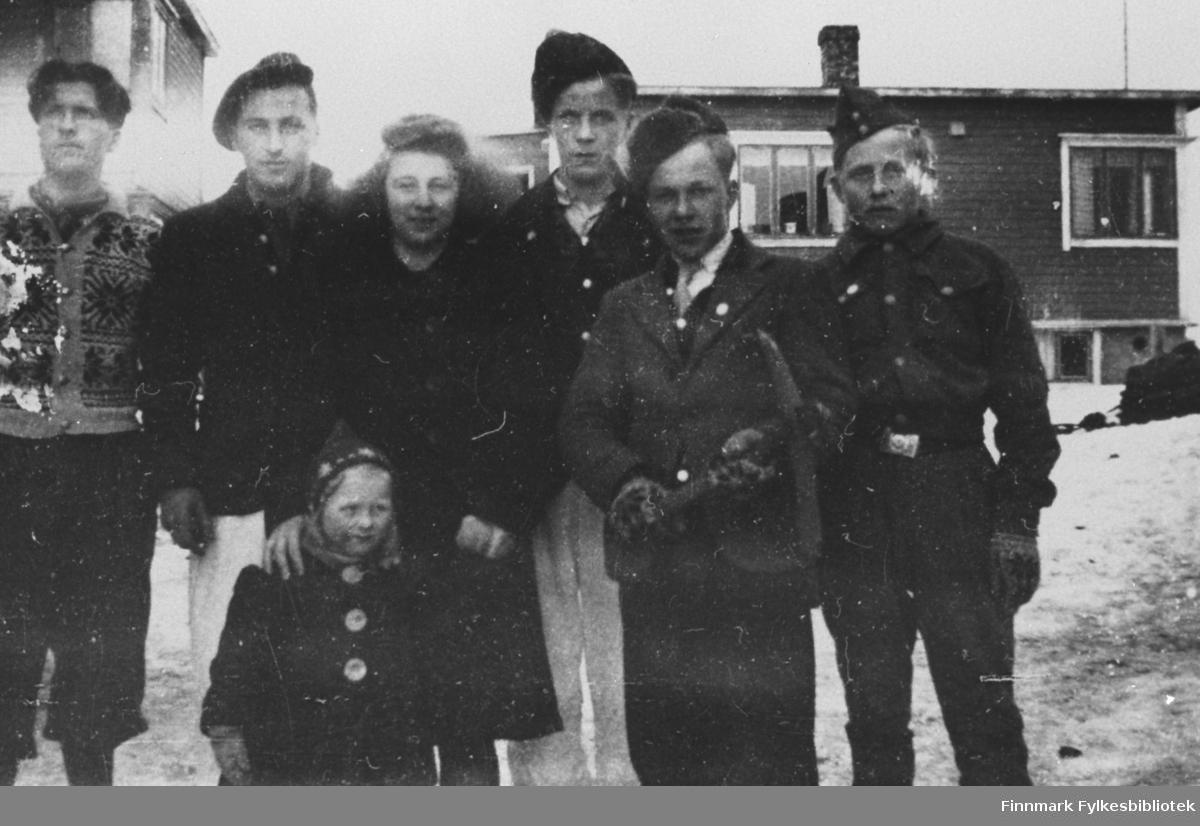 Ungdommer i Kiberg 1946. Fra v. Olav Malin, Sigvald Malin, Åse Halvari, Arne Malin, Ivar Malin, Harald Hansen.