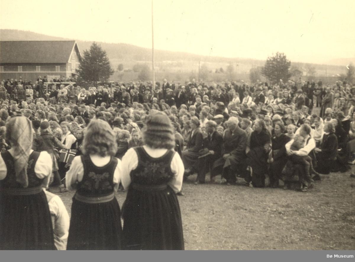Folkemengde samla utandørs 17. mai 1945 ved Sandvin.