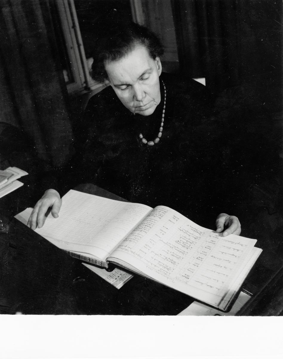 Porträtt Alma Jacobson, Johanna Brunssons vävskola.