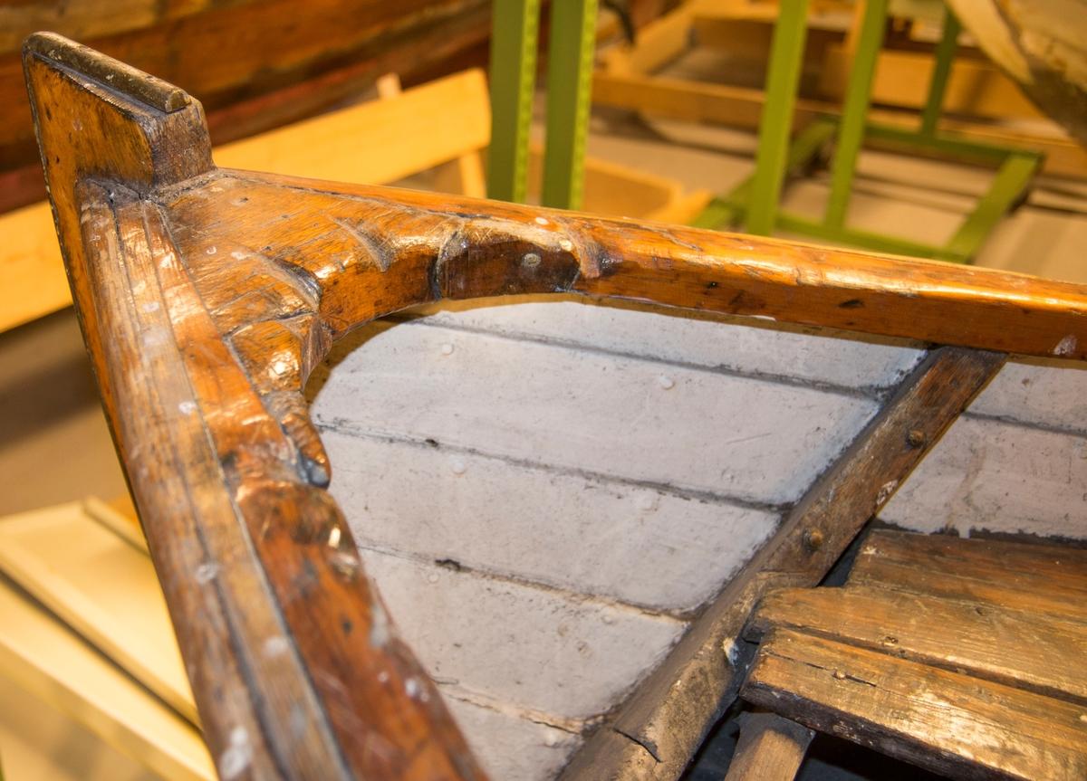 Jolle i tre. Klinbygd med spant - furu på eik. Seks bordganger og ett årepar. Tydelige slitemerker etter fiskeline i treverket på baugen. Bygget for utenbordsmotor.