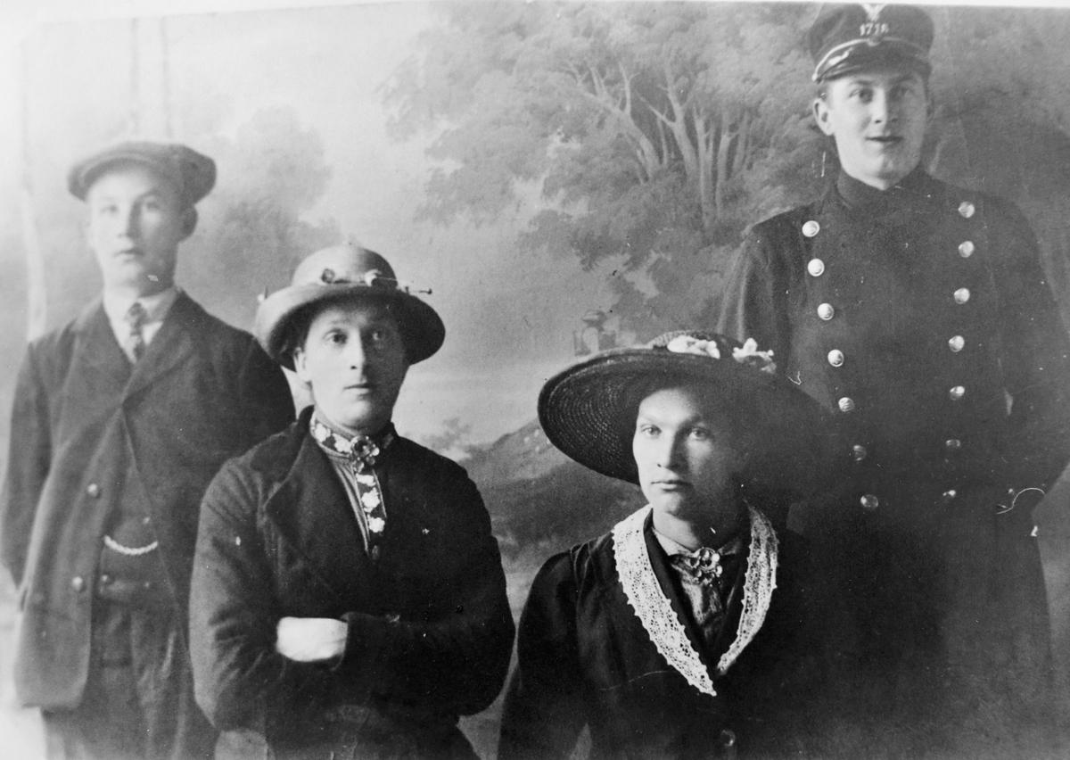 Gruppebilde, fra venstre: Johan Wandås, hans søstre Mariane og Dorthe, og broren Simon.