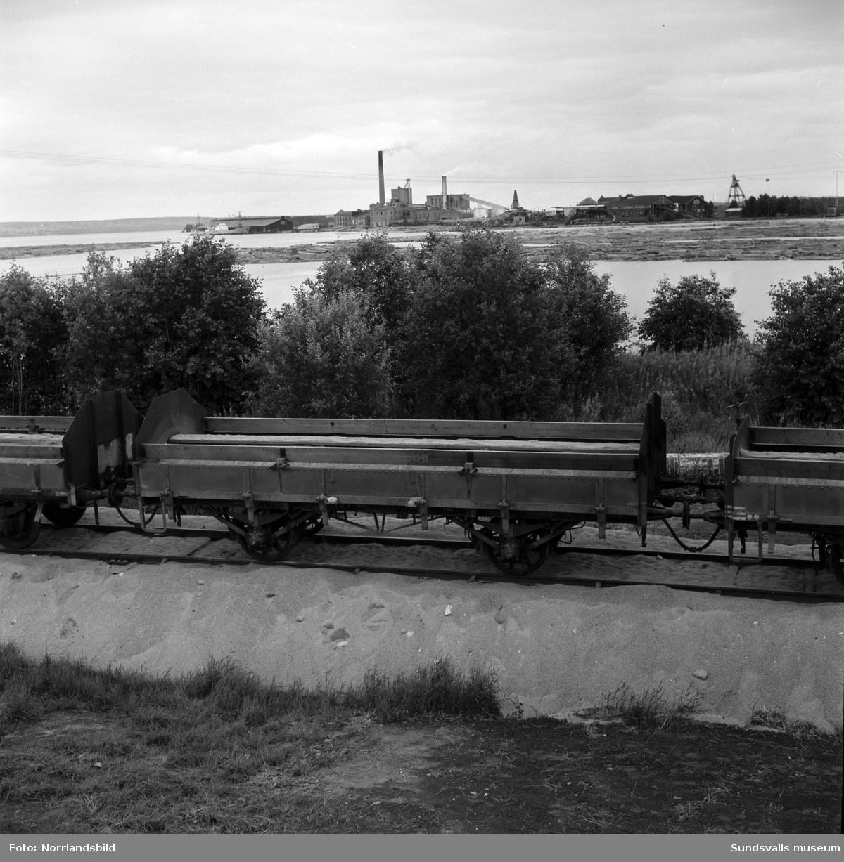 Anläggning eller upprustning av industrispåret i Vivstavarv. På den första bilden syns en grupp pojkar på bryggan med spruthuset, nuvarande (2016) kapell, i bakgrunden. En av pojkarna är nere i vattnet, möjligen för att åtgärda ett bottennapp med fiskespöet.