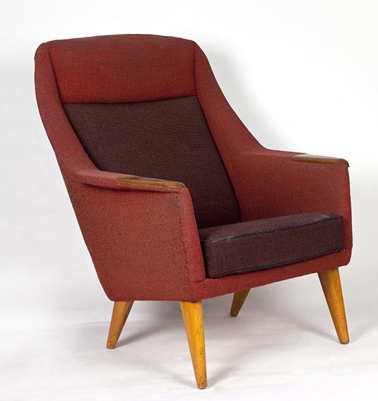 Lenestol fra 1950-tallet. Tykk sittepute, runde ben, overstoppet, armlener av teak.